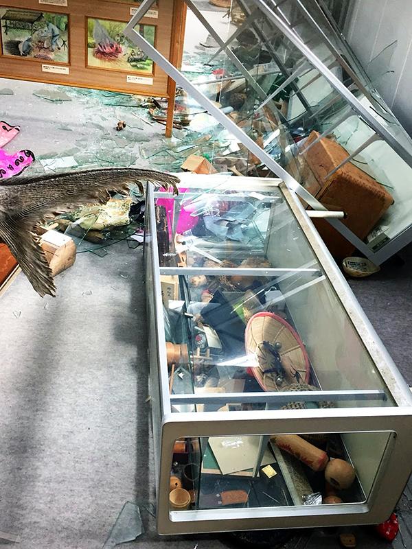 地震で壊れてしまった二風谷アイヌ資料館のショーケース=9月11日<br />