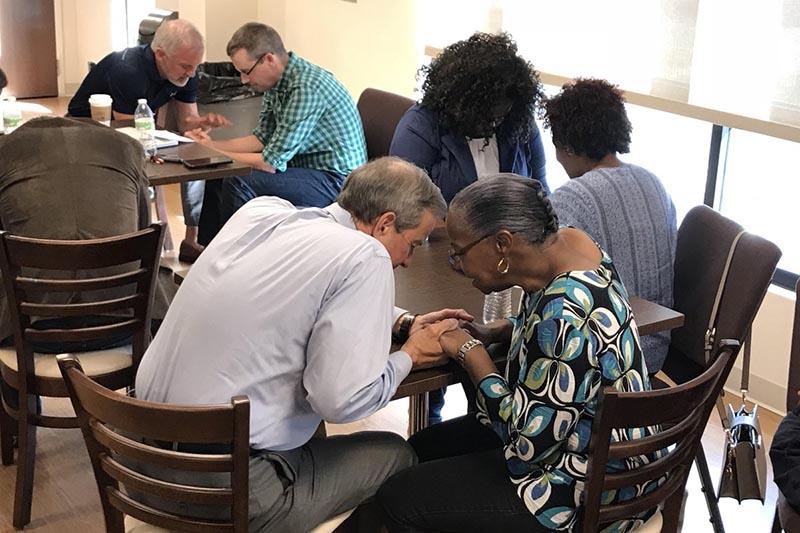 シャーロット市内の74教会で共通の説教シリーズ「シャーロットのために」が始まる前に、牧師たちが集まり祈りの時を持った。(写真:クリス・ペイン牧師)<br />