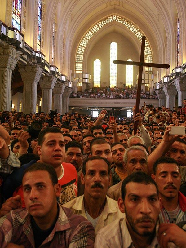 反キリスト教の暴動で殺害されたコプト教徒4人の葬儀が行われたエジプトの首都カイロにある聖マルコ大聖堂に集うコプト教徒ら=2013年4月7日(写真:モーニングスター・ニュース)