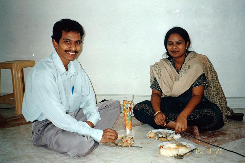 インドからの留学生夫妻。マニラの神学校のピクニックで=2003年8月