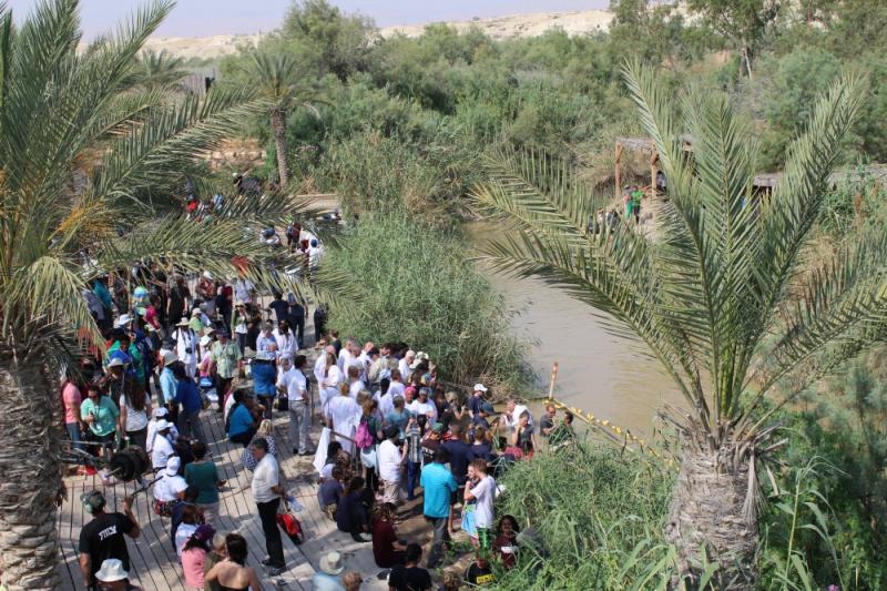 イスラエルとヨルダンの国境となっているヨルダン川で洗礼を行うため集まる人々=2015年5月23日(写真:クリスチャンポスト / LEONARDO BLAIR)