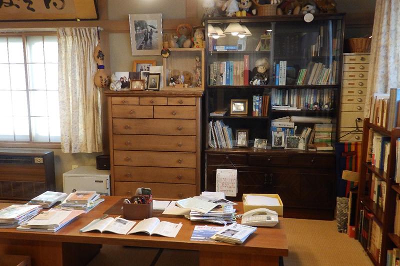 三浦光世・綾子夫妻の書斎を復元した三浦綾子記念文学館の分館。9月29日にオープンした。<br />