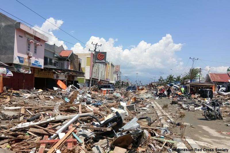 学校や病院を含む多くの建物が地震や津波の被害を受けた。(写真:インドネシア赤十字)<br />