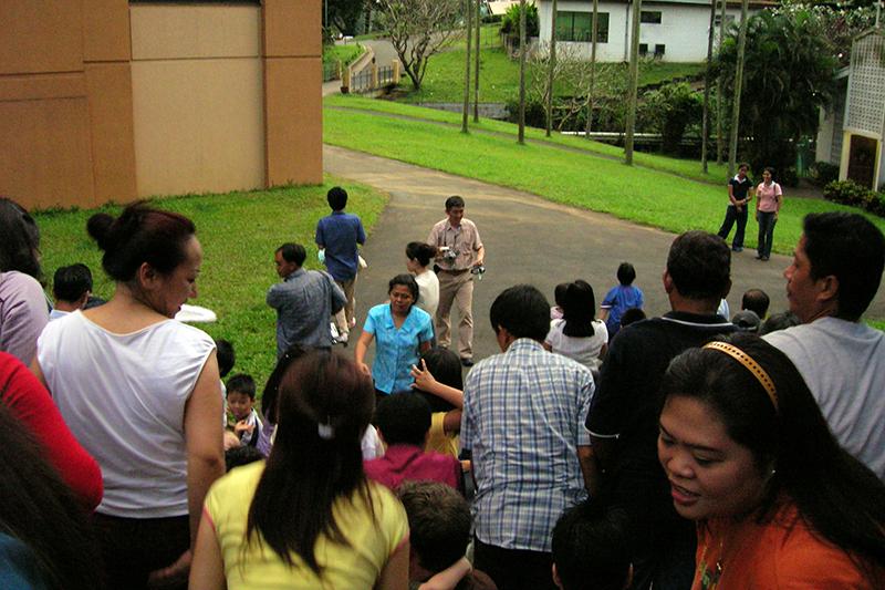 学生たち全員で記念写真を撮ろうとしているところ=2006年10月、マニラの神学校の中庭で