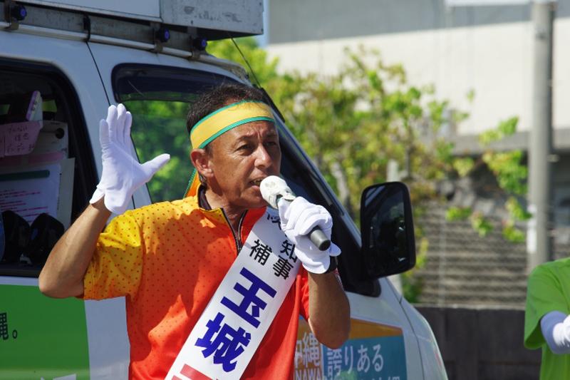 沖縄県知事選8日目の9月20日朝、名護市役所前で街頭演説する玉城デニーさん。当時は「知事候補」だったが、30日の投開票の結果、史上最多の39万6632票を獲得して「新知事」に選出された。(写真:山本英夫撮影、ブログ「<a href='http://ponet-yamahide.cocolog-nifty.com/' target='_blank'>ヤマヒデの沖縄便りⅢ</a>」より許可を得て転載)