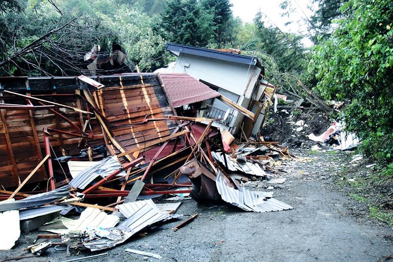 地震に伴う土砂崩れにより大きく損壊した北海道厚真町桜丘地区の民家=9月10日<br />