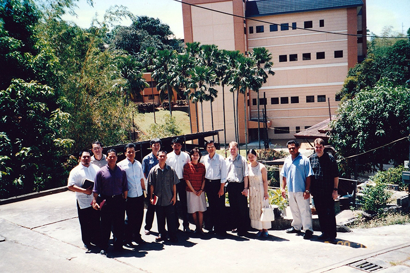 マニラの神学校の校舎を背景に学生たちと共に=2004年8月