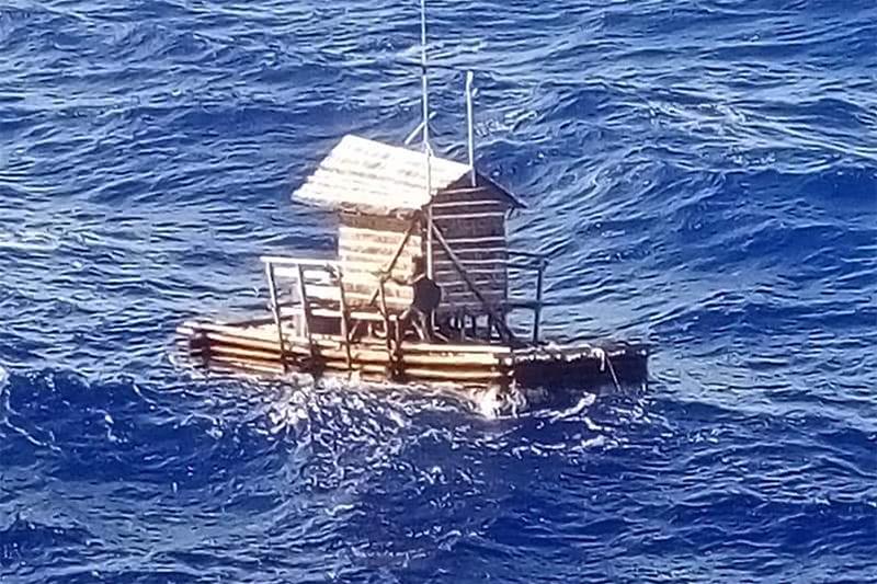 海上を漂うアルディ・ノベル・アディランさんの乗った浮遊式捕魚器「ロンポン」(写真:MVアルペジオ号 / 在大阪インドネシア総領事館提供)