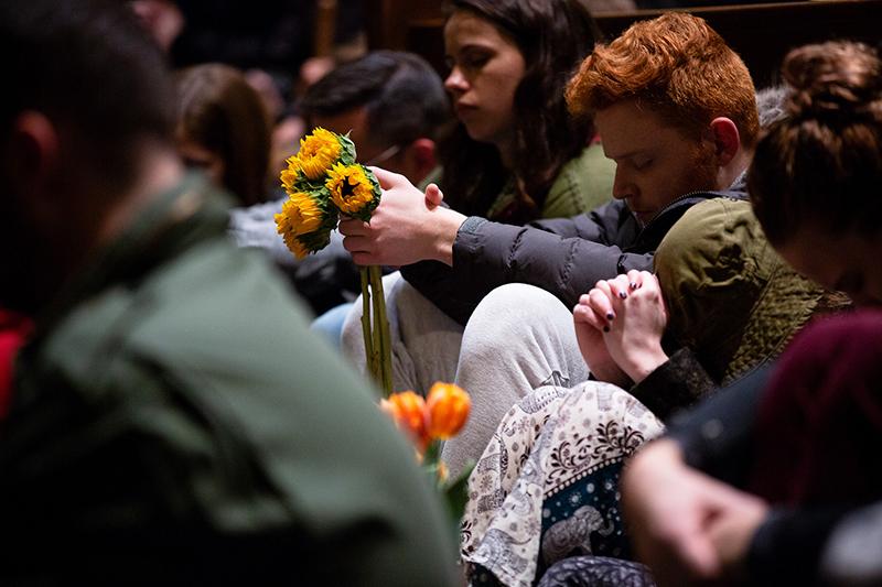 事件のあった米北東部ペンシルベニア州ピッツバーグで、27日夜に行われた追悼集会の様子(写真:トム・ウルフ同州知事)<br />