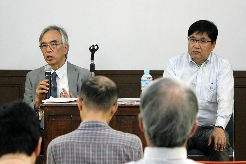 会場からの質問に答える(左から)月本昭男氏と藤田豊氏=9月17日、今井館聖書講堂(東京都目黒区)で