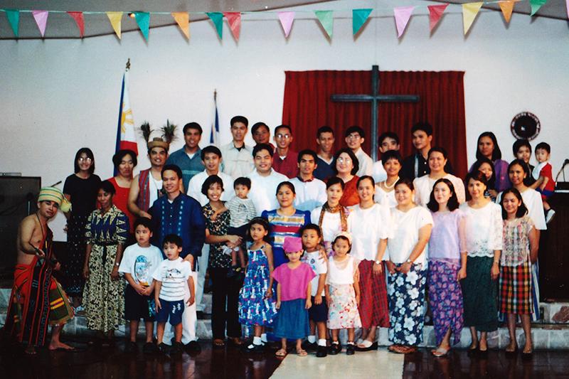 フィリピンのさまざまな民族衣装を身に着けた学生たち=2004年8月、マニラの神学校で
