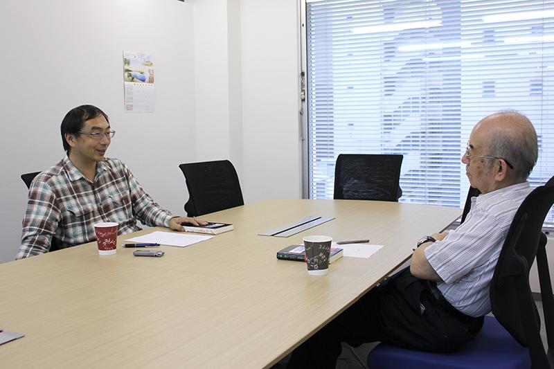 対談する青木保憲牧師(左)とワーナー・ブラザース映画元製作室長の小川政弘氏