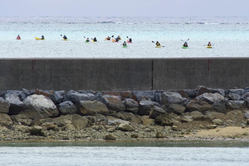 米軍の辺野古新基地予定地での埋め立て工事が1日、再開したことを受け、抗議のため海上に出るカヌー隊<br />