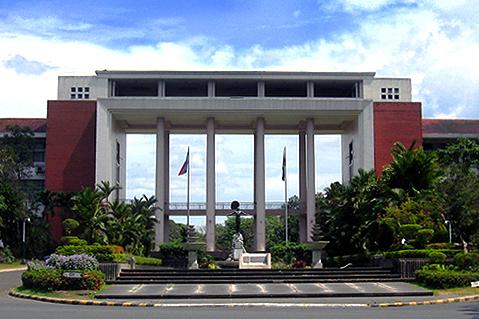 マニラの国立フィリピン大学の正門前=2007年4月
