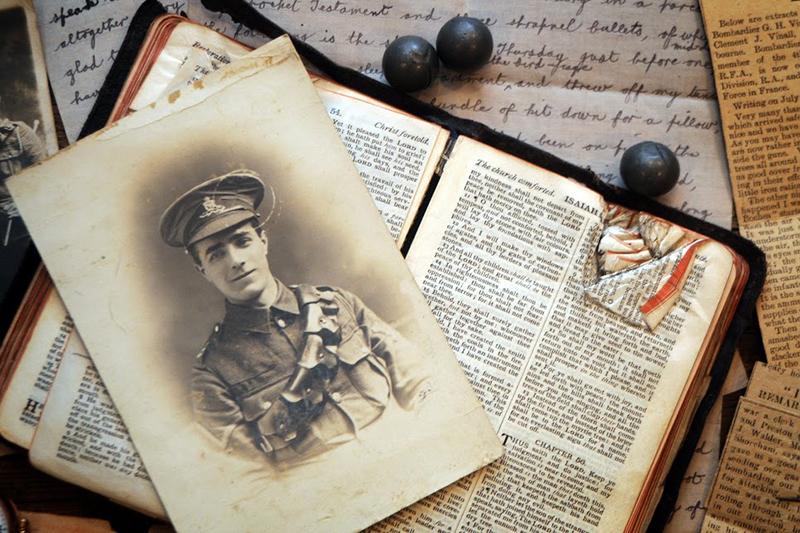 英国人兵士ジョージ・バイナル氏の写真と、同氏が家族に、聖書と銃弾と共に送った手紙(写真:英国聖書協会)<br />