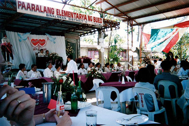 神学生の結婚式。中央壇上が新郎新婦=2003年11月、マニラの北にあるパンガシナン市で
