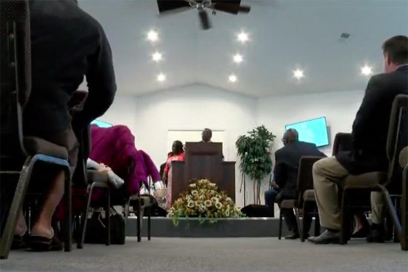 「1日」で建てられた「キリスト・ファミリー・センター」の会堂で行われた最初の礼拝の様子(画像:WJBFのスクリーンショット)