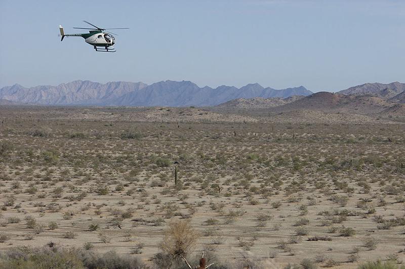 米国のアリゾナ州とメキシコのソノラ州の間にある国境沿いを警備する米国境警備隊のヘリコプター=2004年(写真:Dan Sorensen)