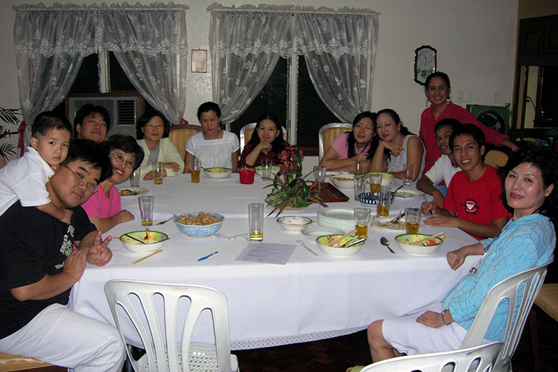 忙しい学期が終わって、筆者の自宅でくつろぐクラスの学生。手前右は妻=2005年10月