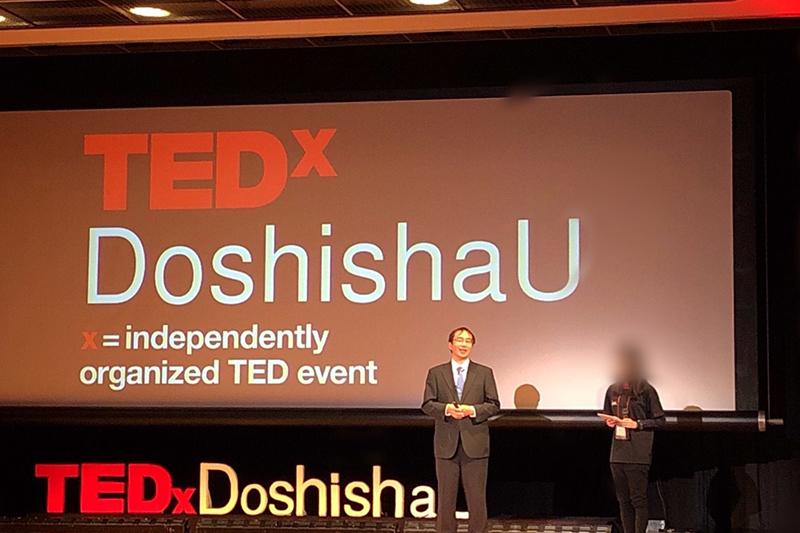 同志社大学で初開催された「TEDxDoshihaU」にスピーカーとして登壇する青木保憲氏=24日、同大京田辺キャンパス(京都府京田辺市)で<br />