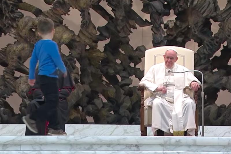 28日に行われたローマ教皇の一般謁見では、教皇が演説している最中に、男の子が壇上に上ってしまうハプニングがあった。(画像:CNS通信の動画より)