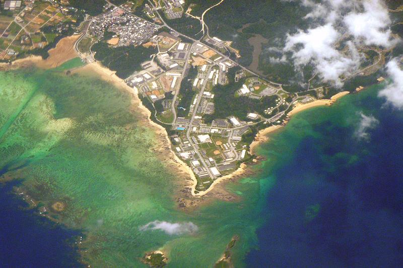 土砂は米軍基地「キャンプ・シュワブ」がある辺野古岬(中央)の左側に投入される予定。写真は2010年5月26日撮影のもので護岸はないが、土砂投入予定海域は現在、護岸で囲まれている。(写真:Sonata)