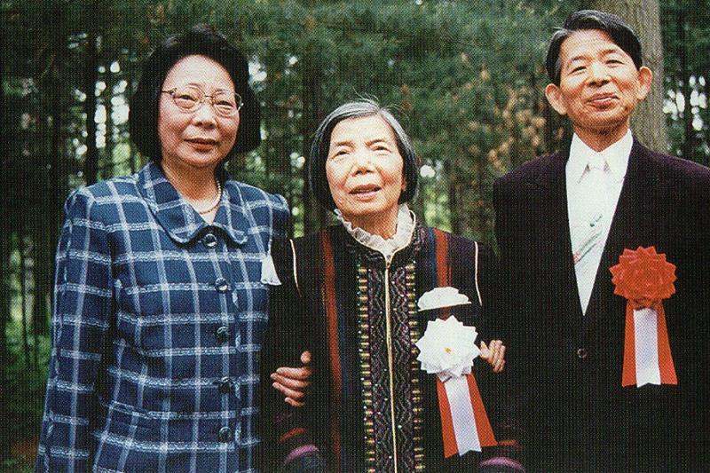 三浦綾子記念文学館の開館セレモニーに出席した三浦夫妻と秘書の秘書の八柳洋子さん<br />