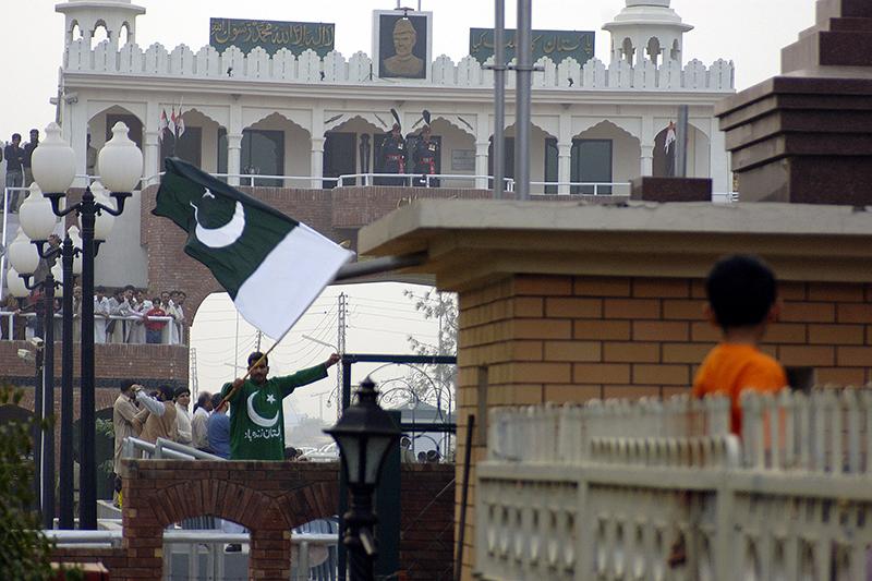 パキスタンの国旗を振る男性=2007年(写真:Giridhar Appaji Nag Y)