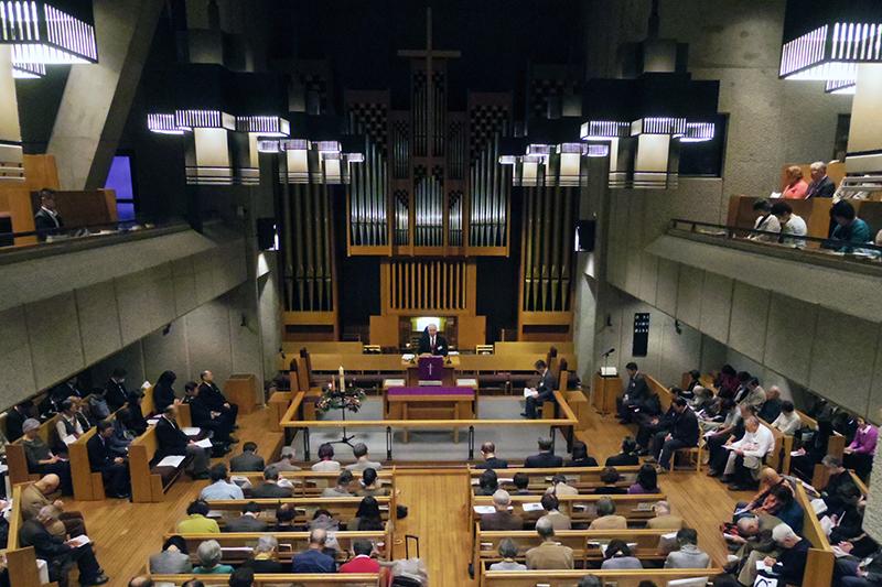 礼拝で共に祈りをささげる出席者たち=6日、日本基督教団銀座教会(東京都中央区)で