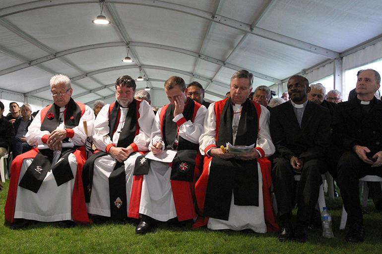 読み上げられた謝罪を聞くニュージーランド聖公会の主教ら=1日(写真:アングリカン・タオンガ)