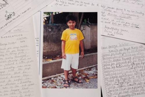 故ジョージ・H・W・ブッシュ米元大統領の手紙と、ブッシュ氏から支援を受けていたフィリピン人少年のティモシー君(写真:コンパッション・インターナショナル)