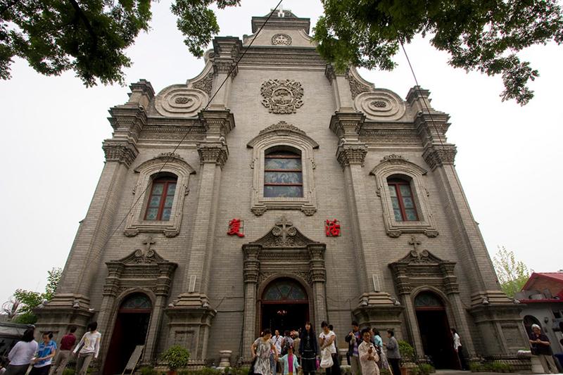 1605年に創建された北京最古のカトリック教会「宣武門天主堂」(通称・南堂)=2009年。政府公認のカトリック教会「中国天主教愛国会」で、現存する大聖堂は1904年に建てられた。(写真:Bridget Coila)