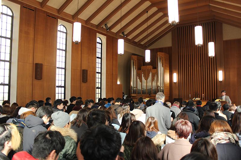 関西学院大学の阪神・淡路大震災メモリアルチャペルには、学生や教職員、地域住民ら約160人が参加し、追悼の祈りをささげた=9日、同大西宮上ケ原キャンパス(兵庫県西宮市)のランバス記念礼拝堂で(写真:同大提供)