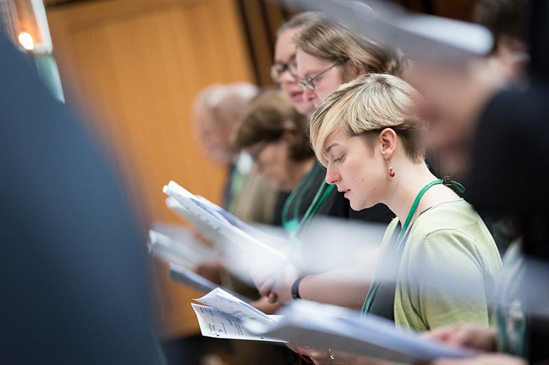 昨年6月にスイス・ジュネーブで開催された世界教会協議会(WCC)中央委員会で開会の祈りをささげる参加者(写真:WCC / Albin Hillert)