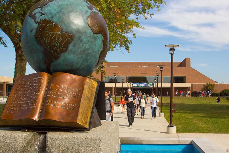 サウスウェスト・バプテスト大学(米ミズーリ州)のメインキャンパス。手前に見えるのは、イエス・キリストの大宣教命令(マタイ28:19〜20)が書かれた聖書に見立てた書物と地球儀のオブジェ。(写真:同大)