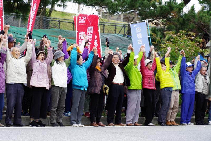 県民投票キックオフ集会に集まった人々=26日、米軍キャンプ・シュワブゲート前で(写真:山本英夫撮影、ブログ「<a href='http://ponet-yamahide.cocolog-nifty.com/blog/' target='_blank'>ヤマヒデの沖縄便りⅢ</a>」より許可を得て転載)