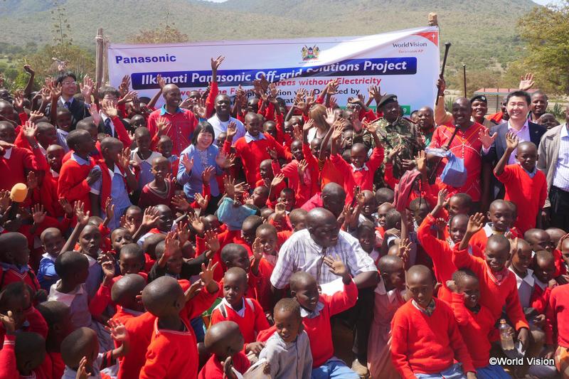 ケニア南西部ナロク県エンクトト地区で行われた寄贈式に出席した関係者らと地域の子どもたち=1月29日