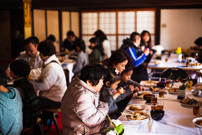 平等寺で1月13日に初めて開かれた「日曜礼拝」で食事をする参加者たち(写真:平等寺提供)