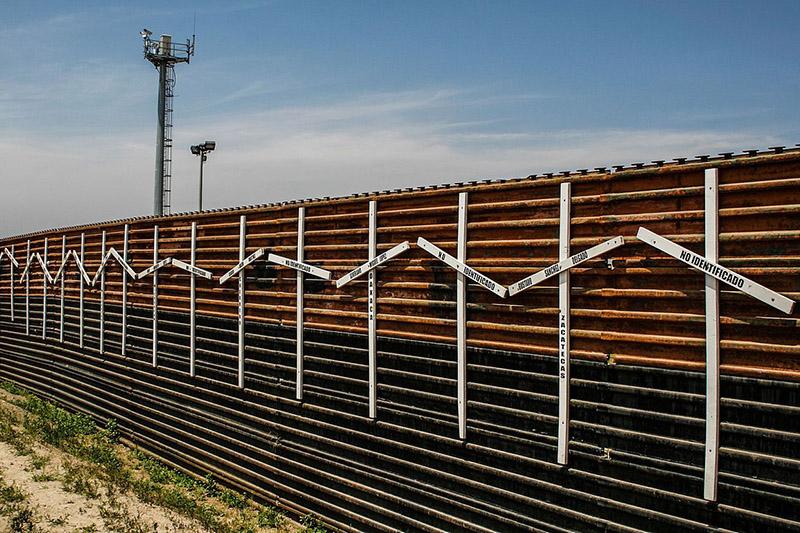 サンディエゴ(米国)とティファナ(メキシコ)の間の国境にあるフェンス=2006年(写真:Tomascastelazo)