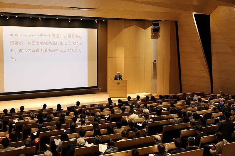 「新共同訳」以来、31年ぶりとなるカトリック、プロテスタント共同の日本語訳聖書である「聖書協会共同訳」の出版を記念する講演に、さまざまな教派から約500人が参加した=23日、上智大学(東京都千代田区)で