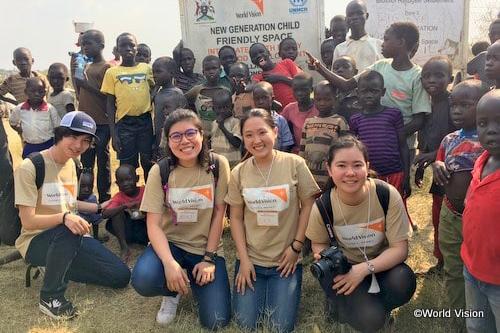 「未来ドラフト2018」でグランプリに選ばれたアイデアを実現するため、ビディビディ難民居住地を訪れた受賞チーム(写真:ワールド・ビジョン・ジャパン)