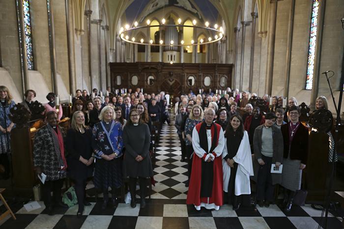 女性司祭誕生25年を記念して行われた礼拝の出席者ら=1日、英ロンドンのランベス宮殿で(写真:同宮殿)