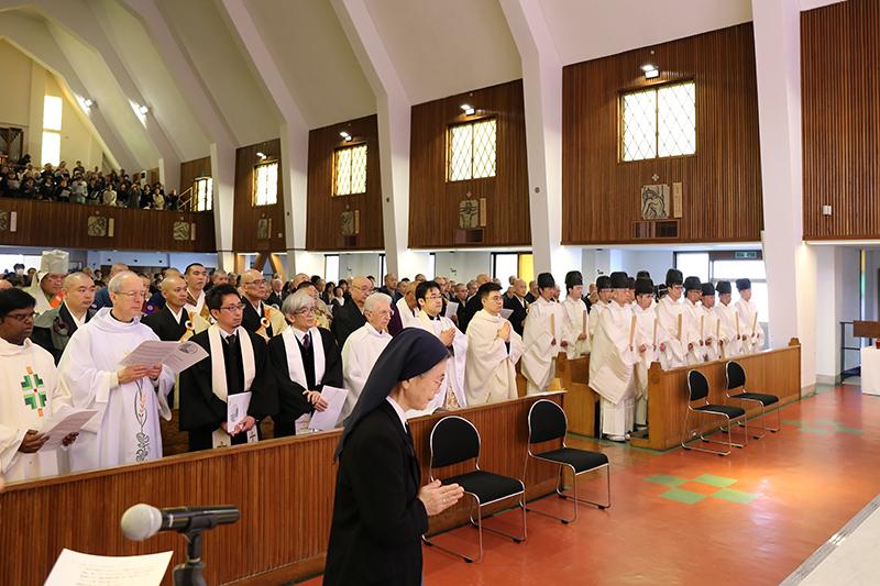 キリスト教、神道、仏教の3宗教から110人以上の宗教者が参加した=11日、カトリック雪ノ下教会(神奈川県鎌倉市)で