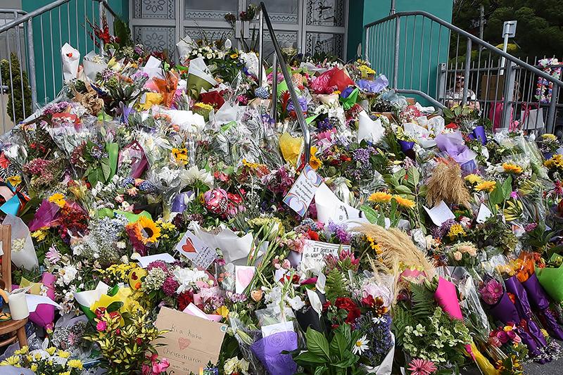 事件を受け、ニュージーランド中部ウェリントンのキルバーニー・モスク前にささげられた献花。同モスクにはニュージーランド・イスラム協会連合の本部があり、ニュージーランドのジャシンダ・アーダーン首相やパツィー・レディ総督のほか、キリスト教指導者らも訪れた。(写真:ニュージーランド総督府)
