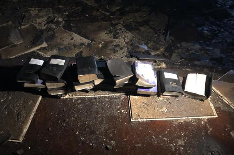 米ウェストバージニア州ダニエルズにある教会「フリーダム・ミニストリーズ」の焼け跡から見つかった聖書(写真:コールシティー消防署のフェイスブックより)<br />