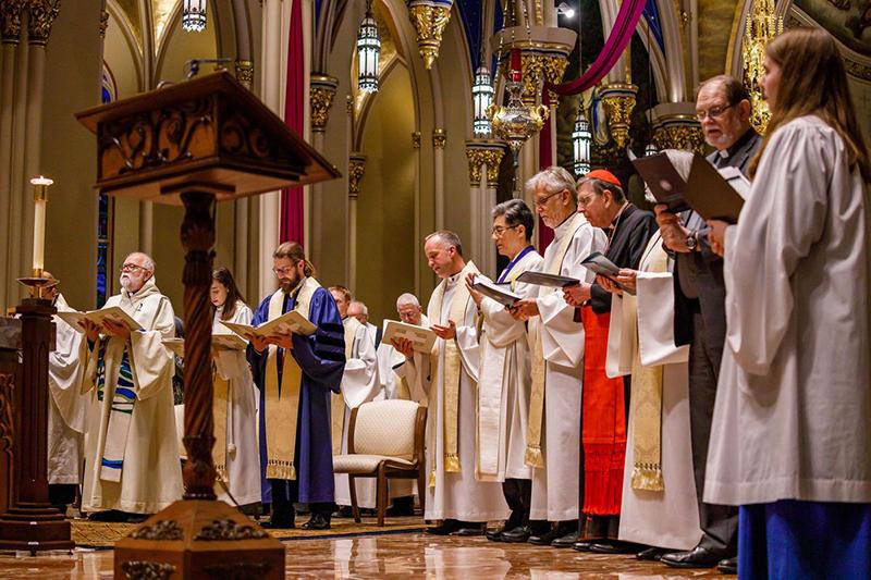 会合初日の夜に行われたエキュメニカルな祈りの礼拝を導く各教派の聖職者と来賓ら=3月26日、ノートルダム大学(米インディアナ州)の聖心大聖堂で(写真:同大 / Peter Ringenberg)<br />