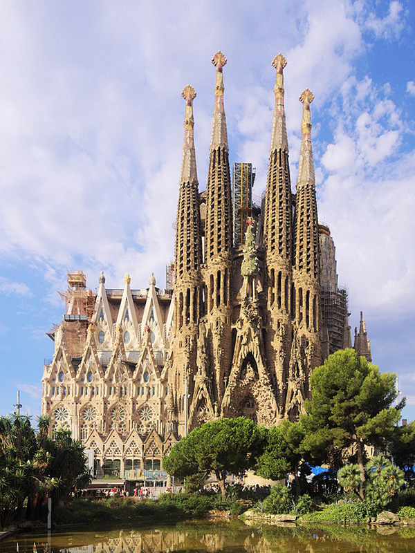 1882年の着工から約140年たった今も建設が続いている「サグラダ・ファミリア」(聖家族教会)=2017年撮影。設計したアントニ・ガウディの没後100年となる2026年の完成を目指している。(写真:C messier)<br />