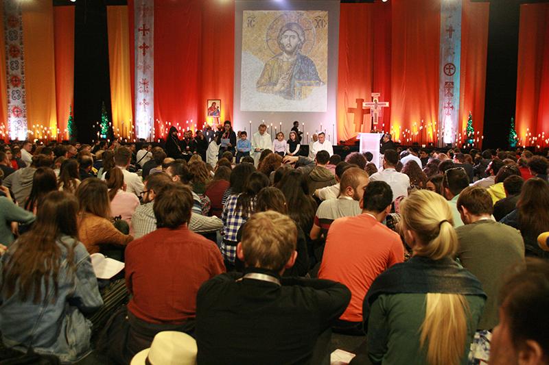 夕べの祈りの集いに参加する若者たちとテゼ共同体のブラザーたち(写真:世界教会協議会=WCC / Katja Dorothea Buck)