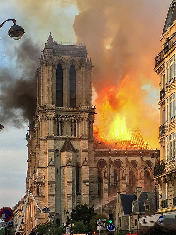 炎を上げて燃えるフランス・パリのノートルダム大聖堂=15日(写真:LeLaisserPasserA38)<br />