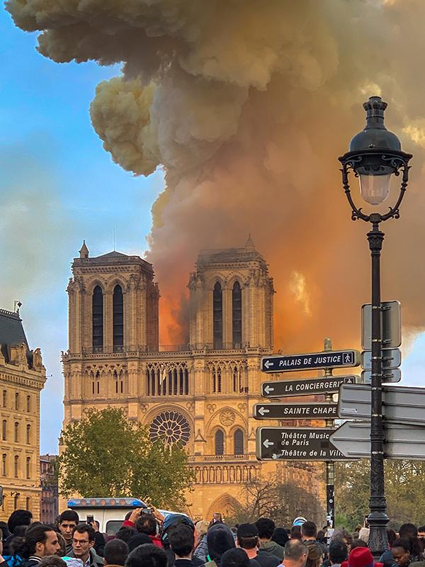 激しく燃えるノートルダム大聖堂=15日、フランス・パリで(写真:Milliped)